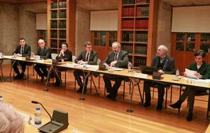 En el centro el presidente de la Xunta, Alberto Núñez Feijóo, y a su izquierda el presidente del Consello da Cultura Galega, Ramón Villares, en un momento de la sesión plenaria.
