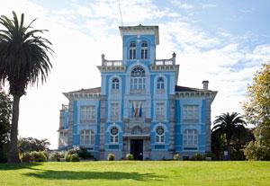 Vista de la fachada principal de la Quinta Guadalupe en Colombres, sede del Archivo de Indianos-Museo de la Emigración.