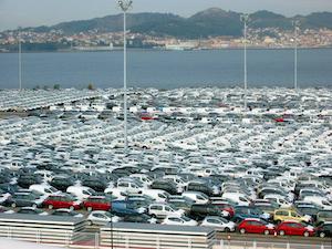 Automóviles en el Puerto de Vigo listos para embarcar con destino al extranjero.