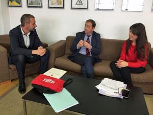 El director general de Acción Exterior, a la izquierda, durante su entrevista con la vicerrectora de Internacionalización de la Universidad de Murcia.