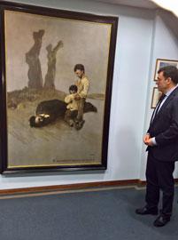 El conselleiro de Cultura de la Xunta, Román Rodríguez, contemplando el cuadro en el Centro Galicia de Buenos Aires.