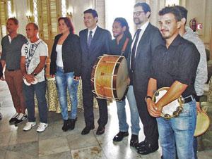 El ministro Rafael Catalá, cuarto por la izquierda, con jóvenes de la Agrupación Artística Gallega.
