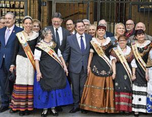García-Page, en el centro, y a su derecha Ximo Puig, con lcastellano-manchegos residentes en la Comunidad Valenciana.