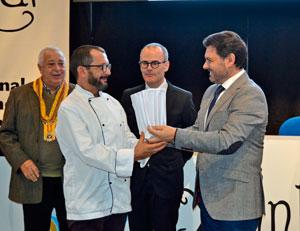 Antonio Rodríguez Miranda entrega el Gorro de Oro al cocinero Carlos Parra, del Monumento Castelo de Maceda.