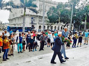 Asociados y directivos del Centro Andaluz rindieron homenaje a José Martí en el Parque Central de La Habana.