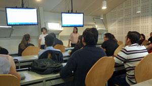 Sesión informativa que mantuvo el personal de la Secretaría Xeral da Emigración con los beneficiarios del programa en la Universidad de Vigo a comienzos de este curso académico.