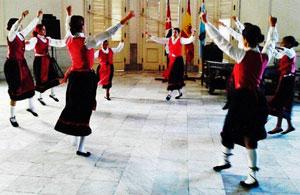 Grupo de bailes gallegos de la sociedad.