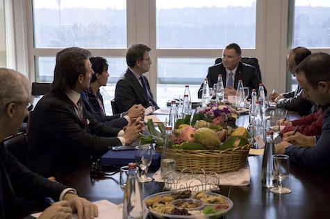 Alberto Núñez Feijóo se reunió con el presidente del Parlamento de Israel, Yuli Edelstein (ambos al fondo).