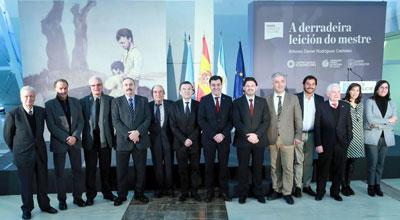 Todas las autoridades que acudieron al afirma del acuerdo para el traslado del cuadro de Castelao.