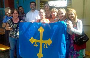 El embajador, cuarto por la izquierda, con miembros de la colectividad española y asturiana en Guantánamo.