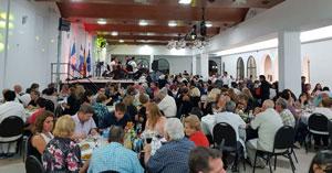 Vista general de los asistentes a la cena del aniversario.