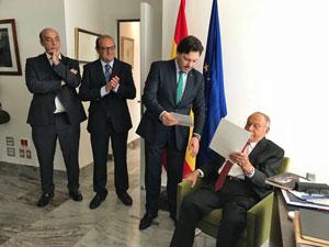 Rodríguez Miranda le entregó a José Rosario Rodeiro una carta de felicitación del presidente de la Xunta.