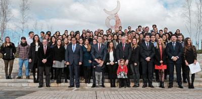 Alberto Núñez Feijóo y el resto de autoridades con los beneficiarios de las Bolsas Excelencia Mocidade Exterior.