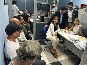 Desde la derecha, Roberto González y Antonio Rodríguez Miranda en la Oficina de Bienestar y Asuntos Sociales de la Hermandad Gallega de Venezuela en Caracas.