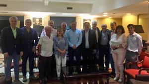 Tomás Burgos, en el centro, con representantes de la colectividad española en Argentina.