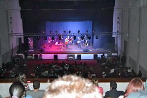 Una actuación en el teatro.