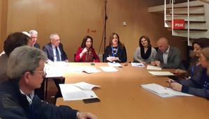 En la cabecera de la mesa Margarita Robles y Eva Mª Foncubierta, de Feaer, en la reunión.