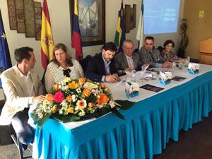 Rodríguez Miranda firmando el convenio de colaboración en Puerto de la Cruz.