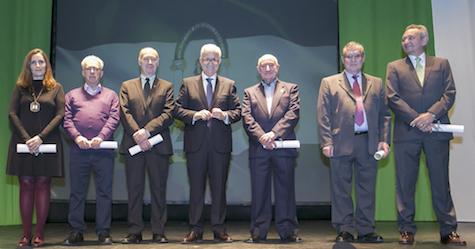 El vicepresidente Manuel Jiménez Barrios (centro) con los representantes de las seis casas reconocidas en 2018 por cumplir 30 años de su inscripción en el Registro.