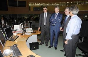 Rueda (2º) durante su visita al Centro de Emergencias de Madrid.