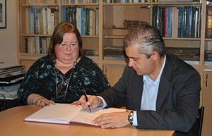 Alejandro López Dobarro y la presidenta del Centro, Beatriz Lagoa.