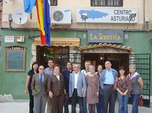 Ante la fachada del Centro Asturiano de Alicante.