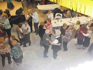 Los abuelos bailando despues de los actos de homenaje.