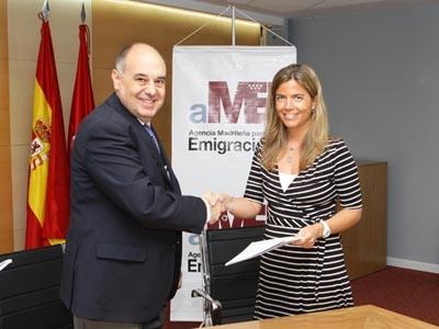 Victoria Cristóbal y José Martínez-Nicolás en la firma del acuerdo.
