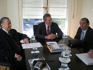 Manuel Padorno, el embajador Rafael Estrella y Arturo Pérez Domínguez.