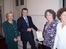 El cónsul firma en el libro del Centro.