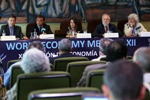 Javier Guerra (2º) durante el acto de inauguración de la Reunión de Economía Mundial.