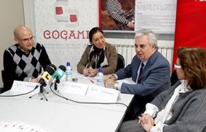 Beatriz Mato (en el centro) durante un encuentro con la Confederación Galega de Minusválidos Físicos.
