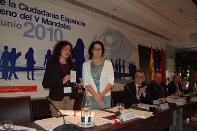 Terrón entrega la medalla a José Eugenio Roces y la recoge Ana María Corral, de UGT.