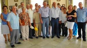 Recibimiento al alcalde estradense, José A. Dono (en el centro), en el antiguo palacio del Centro Gallego.