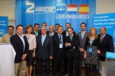 Alfredo Prada con directivos del PP en Luxemburgo.