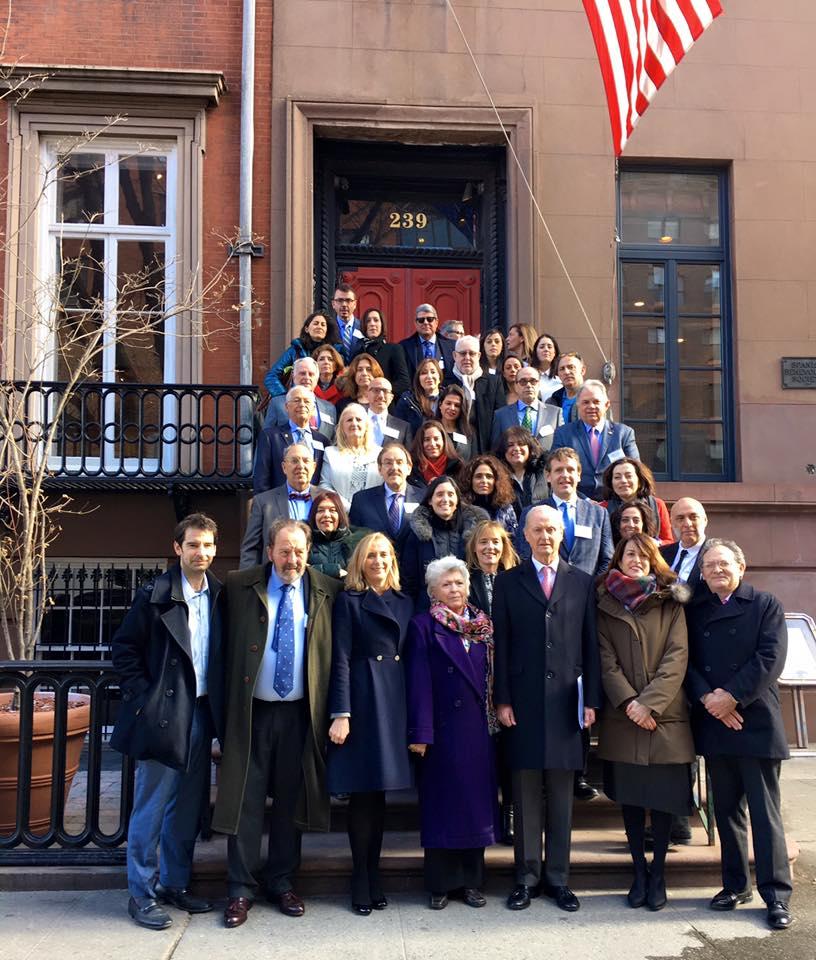 En la primera fila, de derecha a izquierda, Antonio Morales, Lucía Ortiz, Pedro Morenés, Petra Rodríguez, Marina del Corral y Rafael Conde de Saro en la entrada de La Nacional