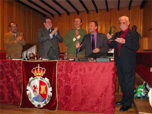 Luis Carranza recibe la distinción.