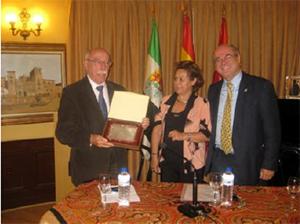 Enrique de Aguinaga recibe su distinción.