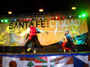 El grupo de baile en plena actuación.