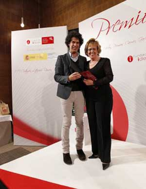 Cati Cobas recibe el premio de manos de Pedro Zerolo.