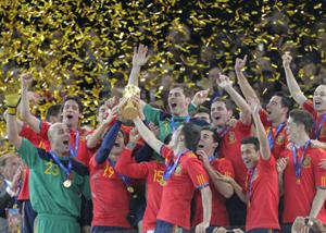 El momento histórico cuando España levantó la Copa del Mundo de fútbol.
