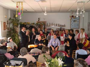 El coro Yerbabuena cantando con los internos.