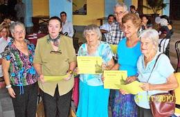 Asociados con más de 50 años de permanencia que recibieron 'Diplomas de Constancia'.
