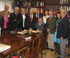 Núñez Feijóo firmando en el Libro de Oro del Centro Gallego de Santander rodeado por la directiva de la entidad.