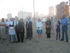 Cónsul general de España con parte del público.