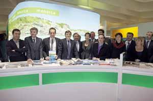 Marc Pons, presidente insular de Menorca (3ºi), Antich (4ºi), Joan Mesquida, secretario general de Turismo del Gobierno central (5ºi)y Joana Barceló, en el stand menorquín.