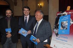 Alfonso Fernández Mañueco junto a los autores Alfredo Pérez Alencart y Gonzalo Santonja, director del Instituto Castellano y Leonés de la Lengua.