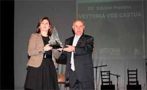 Dolores Pallero recibe el premio de Andrés Martín Clavero.