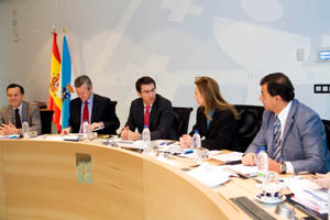 Feijóo rodeado por tres de sus conselleiros en el Consello de la Xunta.