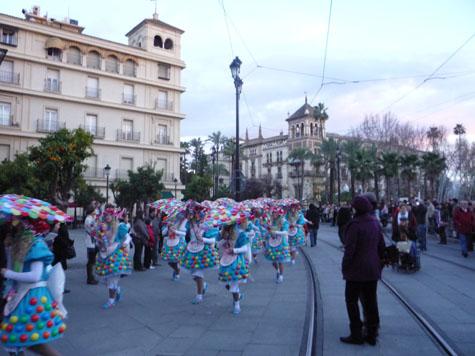 Una de las comparsas que desfiló por las calles de Sevilla.